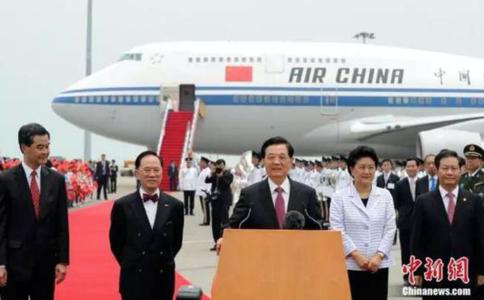 2007년 당시 후진타오 중국 주석이 홍콩 반환 10주년 기념 식 참석을 위해 홍콩에 도착해  인삿말을 하고 있다. /중국신문망