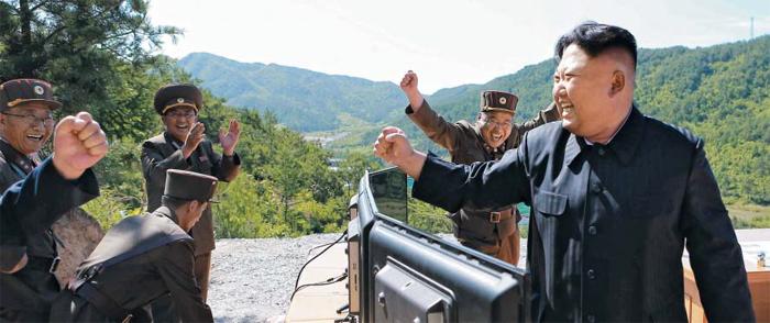 """北 """"대륙간탄도미사일 발사 성공"""" - 북한 김정은 노동당 위원장이 4일 대륙간탄도미사일(ICBM) 화성-14형 발사에 성공했다는 소식을 듣고 오른손 주먹을 쥐며 북한군 관계자들과 함께 기뻐하고 있다. 김정은은 현장에서 발사 장면을 직접 지켜봤다."""