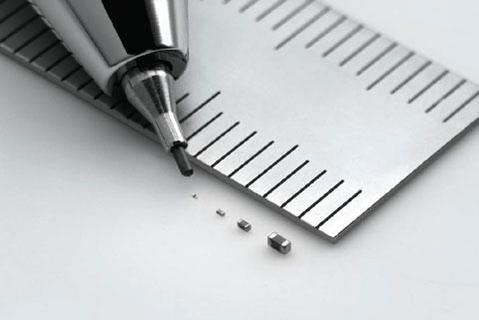 크기별 적층세라믹콘덴서(MLCC). 사진 속 샤프심은 0.5mm 두께의 심이다./무라타 제공