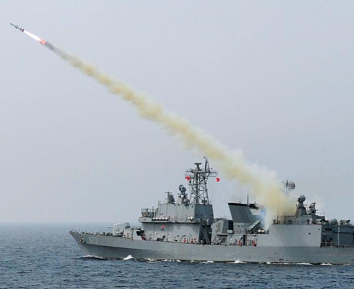 6일 동해 해상에서 실시된 해·공군 합동훈련에서 3200t급 구축함 양만춘함이 표적을 향해 대함(對艦)미사일'하푼'을 발사하고 있다.