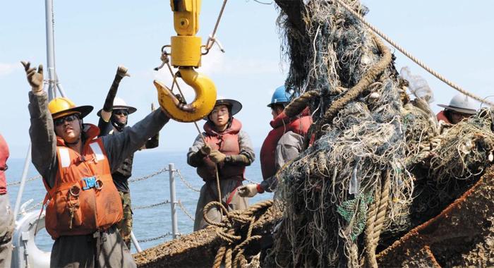 백령도 앞 바다에 버려진 폐그물을 해군 2함대사령부 제2수리창 부대원들이 수거하고 있다. 이 부대는 지난해 군 부대 최초로 '국제 환경 경영 시스템 인증'을 획득했다.
