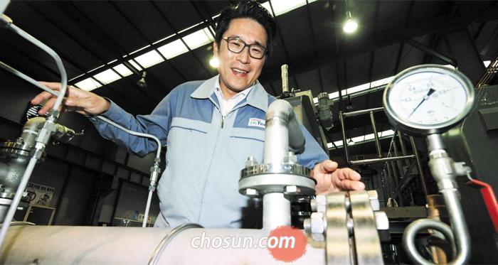 ㈜동신이엔텍 김상민 대표가 지난 4일 경남 양산시 공장에 설치된 '가압부상조'의 핵심 설비(미세 기포 발생 장치) 앞에서 포즈를 취했다.