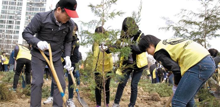지난해 전국 지자체 243곳 가운데 이산화탄소 배출을 가장 많이 줄인 인천시는 '나무 3000만그루 심기 사업'도 추진하고 있다.