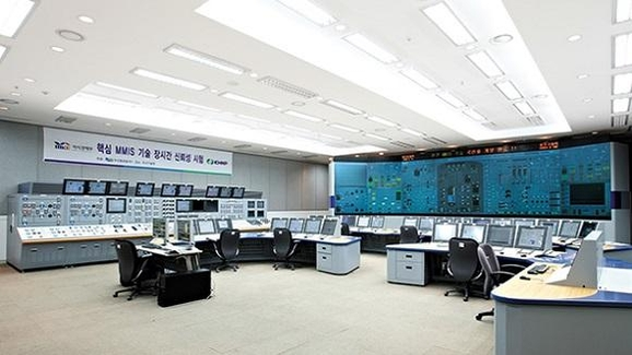 원전이 제대로 작동하는지 확인할 수 있는 통제실. 그동안 외국 업체 기술에 의존해 왔으나 2010년에 우리기술로 개발하는 데 성공했다./두산중공업 제공