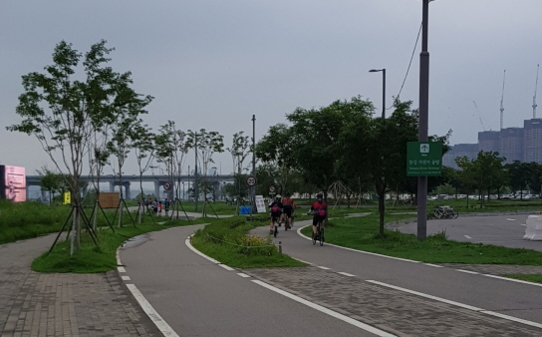 한강공원 반포지구 내 자전거 도로. /안재만 기자