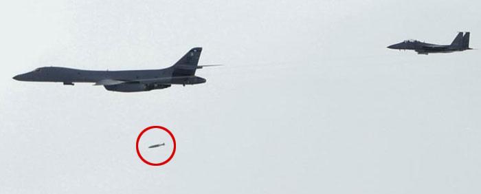 일명'죽음의 백조'로 불리는 미 공군의 B-1B 전략폭격기'랜서'2대가 8일 한반도 상공에서 실탄(實彈) 폭격 훈련을 하며 가상의 북한 미사일 이동식 발사대를 향해 정밀유도폭탄(빨간 원)을 투하하고 있다.