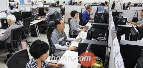 IT 기업'에버영코리아'의 성남센터에서는 55세 막내부터 82세 큰형님까지 할아버지·할머니 70여명이 컴퓨터 작업을 하고 있다.