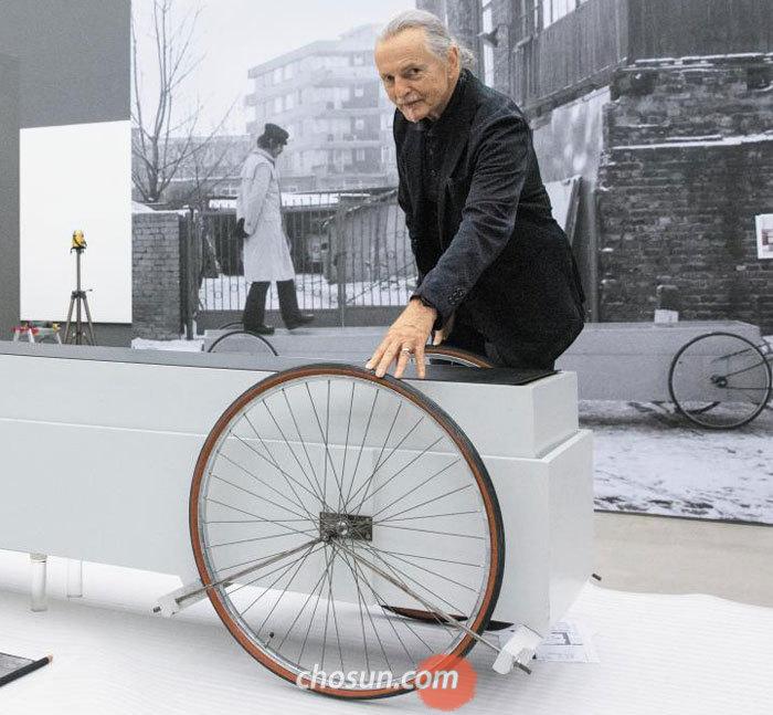 지난달 29일 국립현대미술관 서울관에서 만난 크지슈토프 보디츠코가 바르샤바 시절인 1973년 발표한'수레(Vehicle)'를 쓰다듬고 있다.