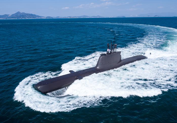 해군 최초로 여성 열사 이름이 붙은 잠수함 '유관순함'이 10일 해상에서 시험 운항을 하고 있다. 해군의 여섯 번째 최상위급 1800t(214급) 디젤 잠수함으로서, 승조원 40여 명에 어뢰, 기뢰, 잠대함 유도탄 등을 탑재하며 10일 이상 수중 작전이 가능하다. 올 12월 실전 배치될 예정이다.