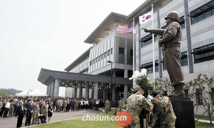 워커 장군 동상 제막식 - 토머스 밴달 미8군 사령관과 관계자들이 11일 경기도 평택 캠프 험프리스에서 열린 미8군 사령부 신청사 개관식에서 '워커 장군 동상 제막식'에 참석하고 있다. 이날 미 8군 사령부는 64년간의 '용산 시대'를 마감하고 평택에 공식 입주했다.