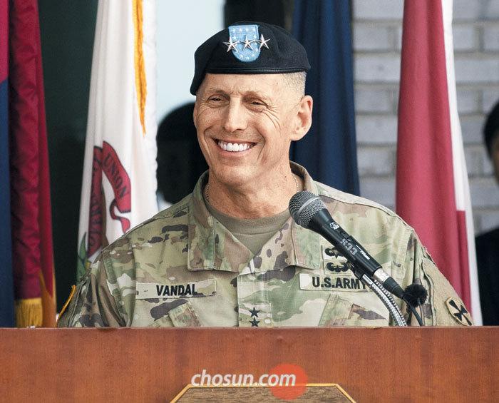 토머스 밴달 미 8군사령관이 11일 경기도 평택 캠프 험프리스에서 열린 미 8군사령부 신청사 개관식에서 환영사를 하며 활짝 웃고 있다.