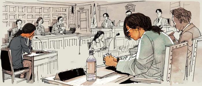 인천 초등생 살해 사건으로 숨진 A양의 어머니(왼쪽)가 12일 인천지법에 출석해 증언하는 모습. 안경을 낀 피의자 김모(오른쪽)양은 고개를 숙이고 피해자 어머니의 말을 들었다.