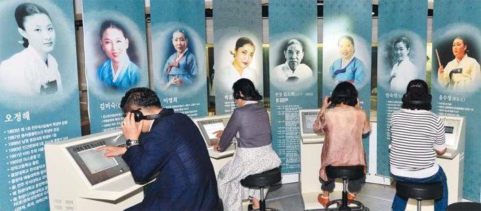 전북 고창 판소리박물관을 찾은 사람들이 2층 기획전시실에서 명창들의 소리를 감상하고 있다. 이곳엔 중요무형문화재인 김소희·안숙선 명창 등의 소리가 음악 파일 형태로 저장되어 있다.