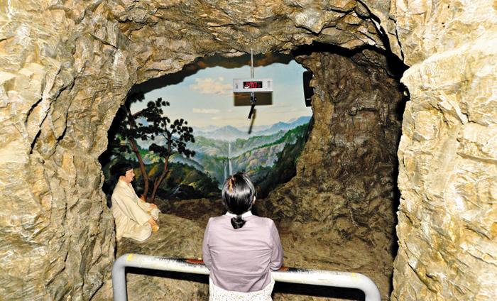 명창들이 득음(得音)하기 위해 홀로 수련했던 공간을 재현한 '소리굴'. 천장엔 방문객이 성량(聲量)을 측정해 볼 수 있는 장치도 있다.