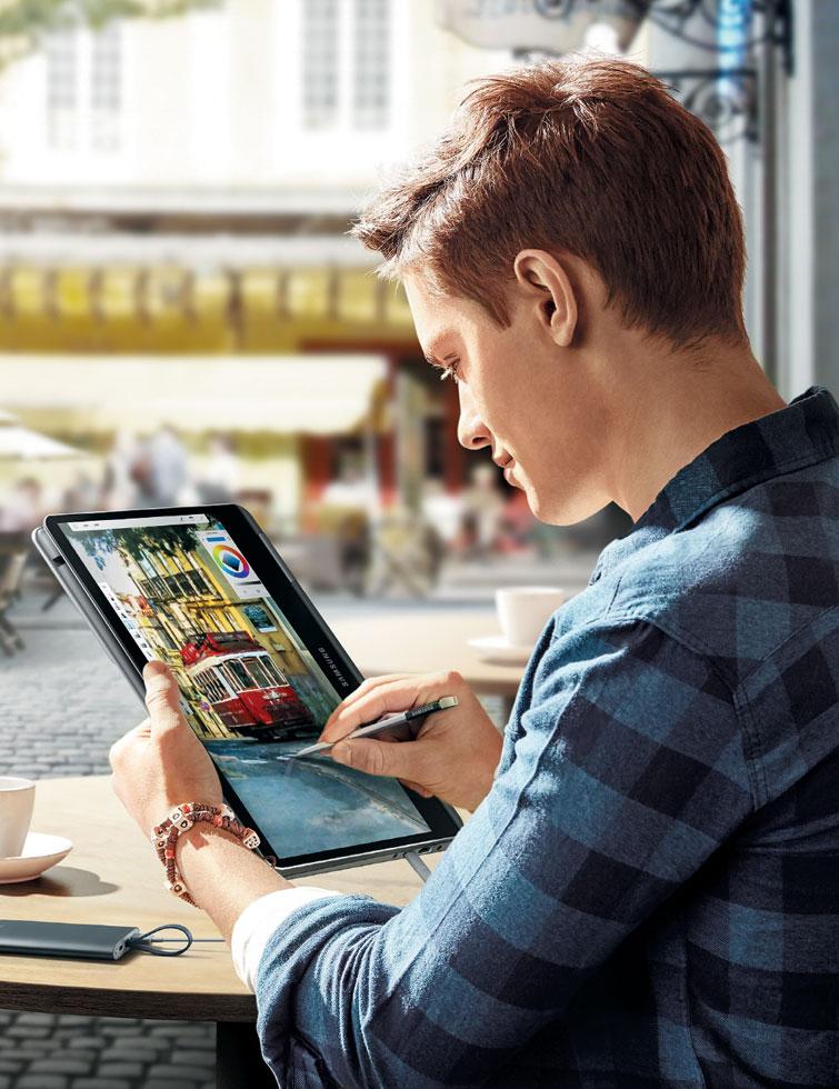 11일 출시된 삼성전자의 '노트북 9 Pen' 제품을 전자식 필기구 S펜과 함께 태블릿 PC처럼 쓰는 모습.