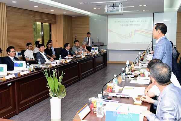경기도는 14일 의정부 소재 신한대학교에서 경기북부지역 외식업 발전을 위한 간담회를 가졌다고 밝혔다.