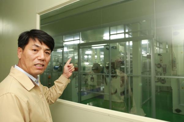 고영석 기능필름생산팀장이 기능필름 생산공정을 설명하고 있다./SKC 제공