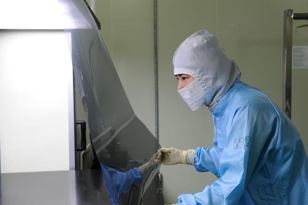 SKC 하이테크앤마케팅 직원이 생산 제품의 외관검사를 하고 있다./SKC 제공