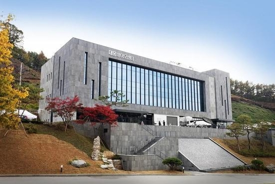 대웅제약은 줄기세포 치료제 및 재생의료 분야에 특화된 연구개발을 위해 2016년 10월 27일 경기 용인시에 '대웅바이오센터'를 열고 바이오의약품 개발에 본격적으로 나섰다. 대웅바이오센터 전경 / 대웅제약 제공
