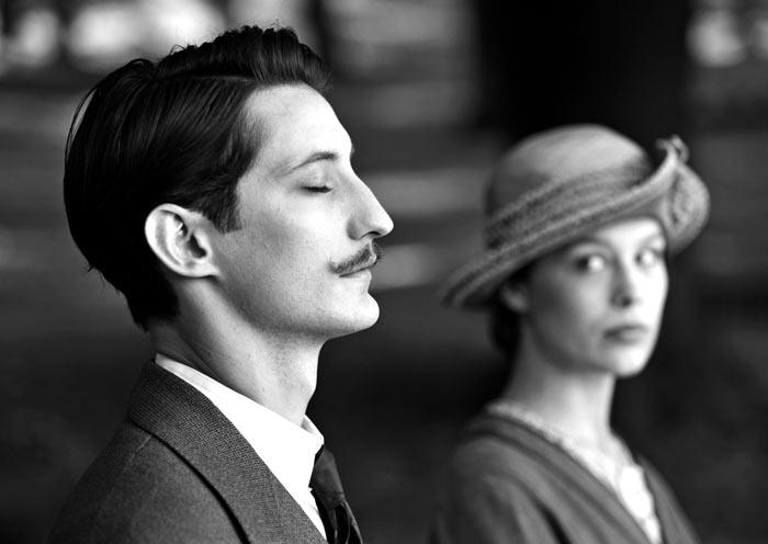 영화'프란츠'에서 프랑스인'아드리앙'(피에르 니네·왼쪽)은 1차 대전 당시 세상을 떠난 프란츠의 약혼녀'안나'(파울라 베어)에게 가슴속에 묻어뒀던 사연을 고백한다.