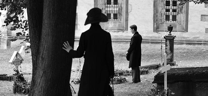 프란츠 묘소에 헌화하는 '아드리앙'을 바라보는 '안나'.