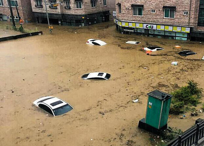 16일 충북 청주시 복대동 인근에 주차된 차들과 가게들이 물속에 잠겨 있다.