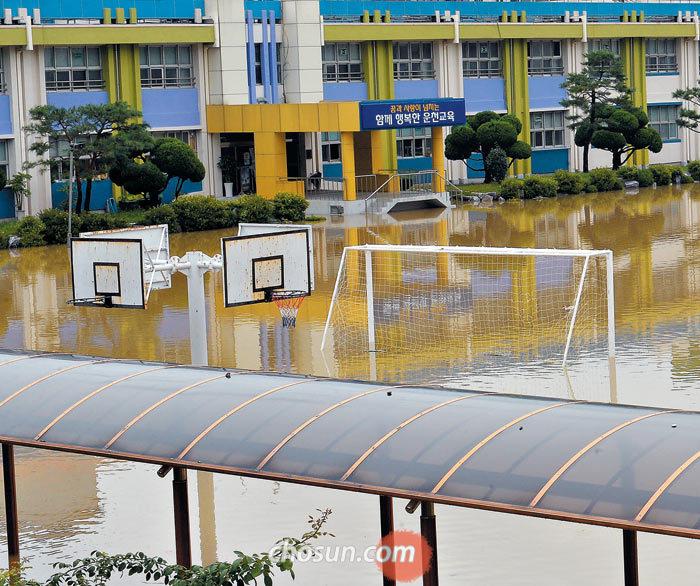 청주시 운천동에 있는 운천초등학교 운동장도 물에 잠겼다.