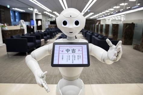 일본 미즈호 은행 지점에 배치된 소프트뱅크의 감정 로봇 '페퍼(Pepper)'. / 블룸버그 제공
