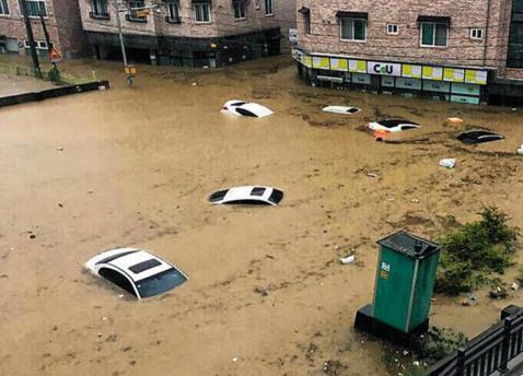 16일 충북 청주시 복대동 인근에 주차된 차들과 가게들이 물속에 잠겨 있다. /연합뉴스