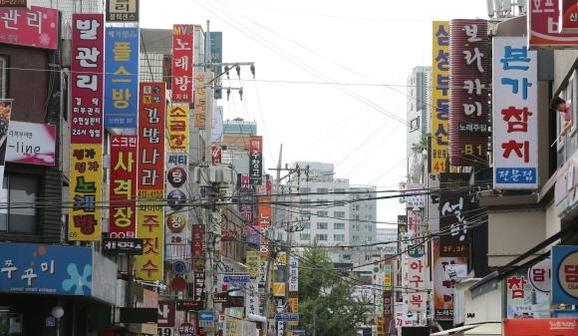 정부가 2020년까지 최저임금을 매년 15% 이상 올리겠다고 선언한 가운데, 최저임금 기준이 제대로 지켜질 수 있을 지 의문을 제기하는 시각도 많다. 무엇보다 지금도 최저임금에 못미치는 급여를 받는 근로자가 300만명에 달할 정도로 많기 때문이다. 서울 송파구의 한 상업 지역. /조선일보DB