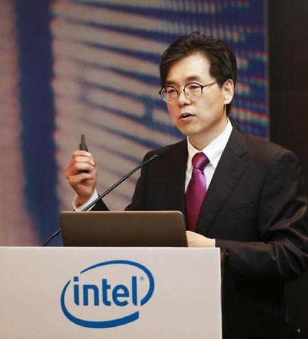 나승주 인텔코리아 상무가 17일 열린 인텔 제온 스케일러블 프로세서 출시  기자간담회에서 제품의 주요 특징을 설명하고 있다. 나 상무는