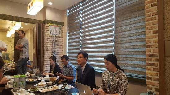 이관섭 한수원 사장(오른쪽 두번째)이 17일 정부세종청사 인근 한 식당에서 신고리5·6호기 건설 중단에 대한 입장을 표명하고 있다./사진=김문관 기자