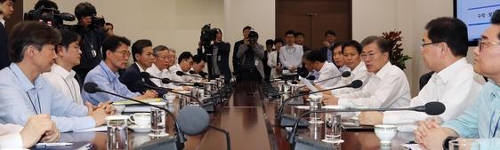 문재인 대통령이 17일 오후 청와대 여민관에서 열린 수석보좌관회의를 주재하고 있다. / 사진=연합뉴스