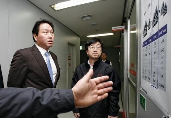 최태원 SK그룹 회장(왼쪽)과 박성욱 SK하이닉스 부회장./ SK하이닉스 제공