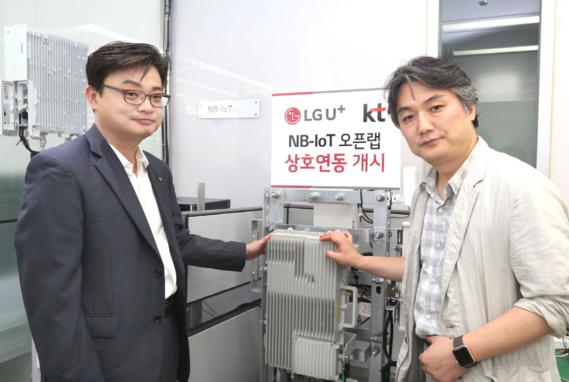 김영만 LG유플러스 NB-IoT담당과 이광욱 KT IoT사업전략담당이 개소식에 참석해 협력을 다짐하고 있는 모습. / LG유플러스 제공