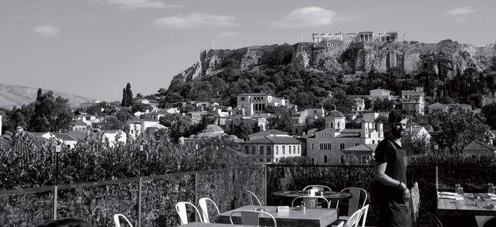 저 멀리 아크로폴리스가 보이는 아테네 풍경.