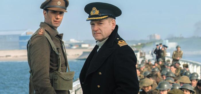 덩케르크 철수 작전의 현장 지휘관인 영국 해군'볼튼 사령관'(케네스 브래너)이 병사들로 꽉 찬 선박 접안 시설 위에 서서 해협 건너 영국 쪽을 바라보고 있다.