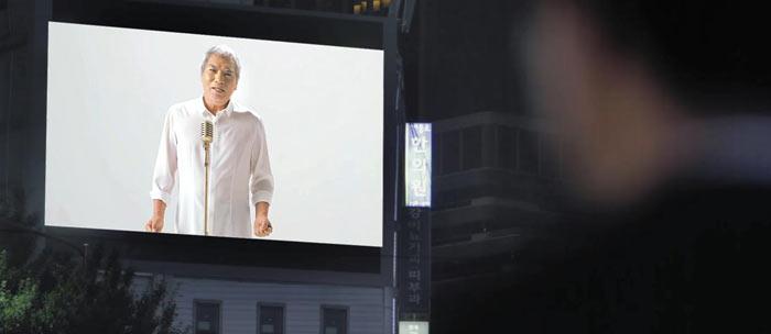 나훈아의 새 앨범 타이틀곡'남자의 인생'뮤직비디오의 한 장면.