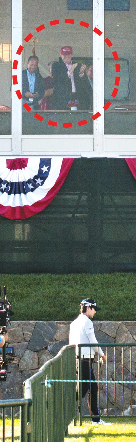 도널드 트럼프(빨간 원) 미 대통령이 경기를 마치고 걸어나가는 박성현을 내려다보며 박수를 보내는 모습.