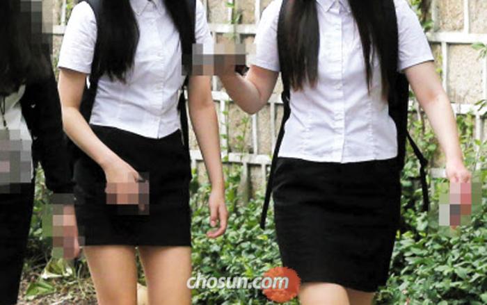 한 여고 학생들이 몸에 달라붙는 교복 블라우스 차림으로 하교하고 있다. 과거 여고생 교복은 품이 넉넉했지만 요즘 교복은 성장기 청소년들이 입기에 너무 작아 불편하다는 지적이 나온다.