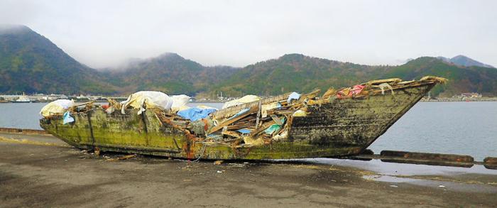 작년 11월 일본 교토부 마이즈루(舞鶴)시 오바세(小橋)항에서 발견된 북한 소형 목선의 모습이다. 길이 12m, 폭 3.1m 배 안팎에선 백골 상태 시신 9구가 발견됐다. 일본 전문가들은 북한 어민들이 무리하게 고기잡이를 하다가 표류돼 일본 서부 해안으로 떠밀려 오는 것으로 추정하고 있다.