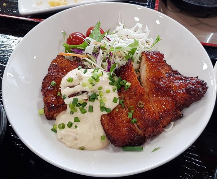 야쓰시로 클럽하우스에서 맛볼 수 있는 치킨 데리야키 덮밥.