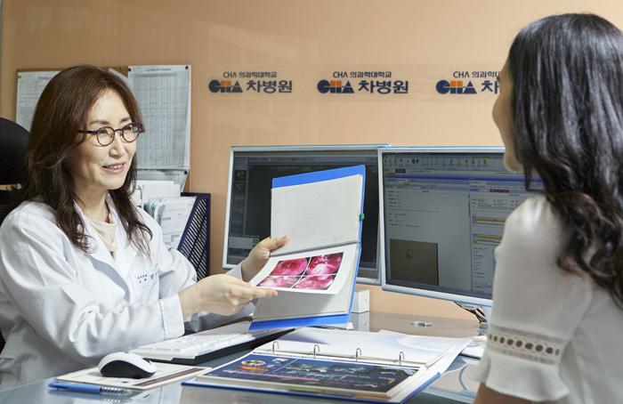 강남차병원 여성의학연구소 김진영 교수가 한 여성 환자에게 난자 동결 보존법에 대해 설명하고 있다.