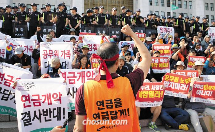 문재인 정부가 19일 발표한 100대 국정 과제엔 국제노동기구(ILO) 핵심 협약 비준을 통해 '법외 노조'인 전국교직원노조와 전국공무원노조의 재합법화를 추진하는 방안이 포함됐다. 사진은 전공노 소속 노조원들이 2015년 5월 서울 국회의사당 앞에서 '공무원연금 개악 중단'을 요구하며 시위하는 모습.