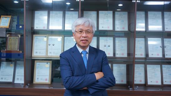 7월 17일 인천 남동구 힘스 본사에서 만난 김주환 힘스 대표가 자신이 보유한 특허증들을 모아둔 진열장 앞에서 포즈를 취했다. / 이윤화 인턴기자