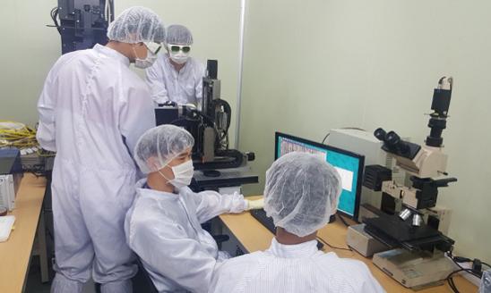 힘스 연구개발(R&D) 파트 직원들이 OLED 공정장비용 소프트웨어를 점검하고 있다. / 힘스 제공