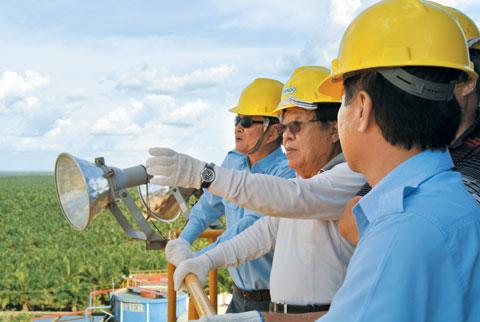 승은호 코린도그룹 회장(왼쪽에서 둘째)은 40년 이상 인도네시아 밀림을 개척해 합판, 조림, 팜오일, 곡물 사업을 발전시켰다. 승 회장이 인도네시아 동부 파푸아 아시끼 팜오일 농장을 전망대에서 바라보고 있다.