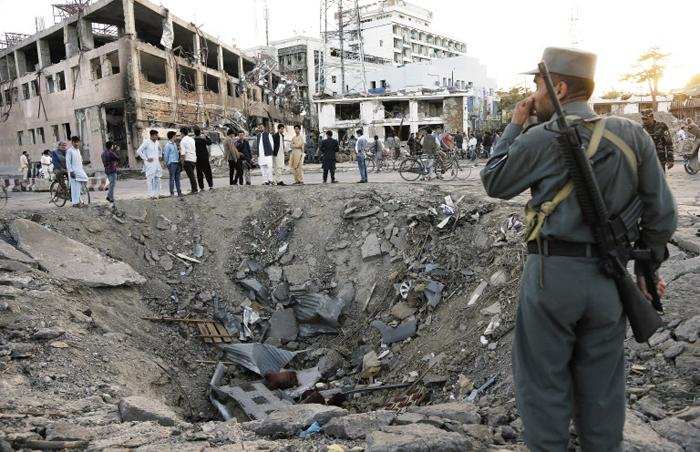 지난해 10월부터 약 9개월간 계속된 이라크 북부 도시 모술 탈환 작전의 현장. 주민들이 사는 주거지에 폭탄이 터져 움푹 파인 모습이다.