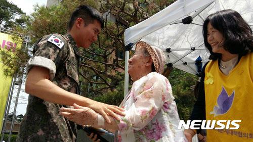 '시급 943원' 사병 월급 모아 위안부 재단에 100만원 기부한 청년