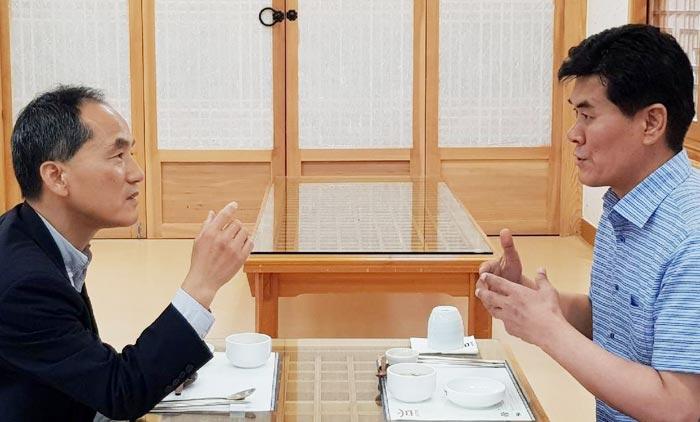 권영택 영양군수(오른쪽)